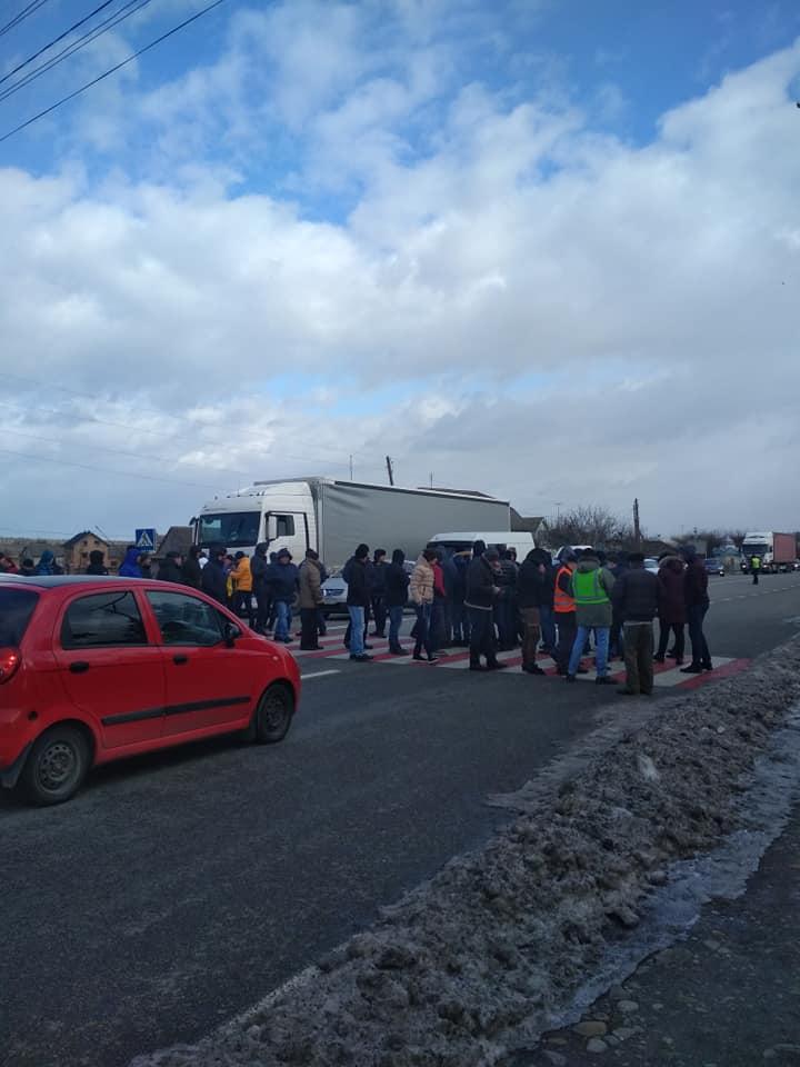 Дорогу національного значення перекрили на Прикарпатті. Люди вимагають ремонту автошляхів (ФОТО, ВІДЕО)