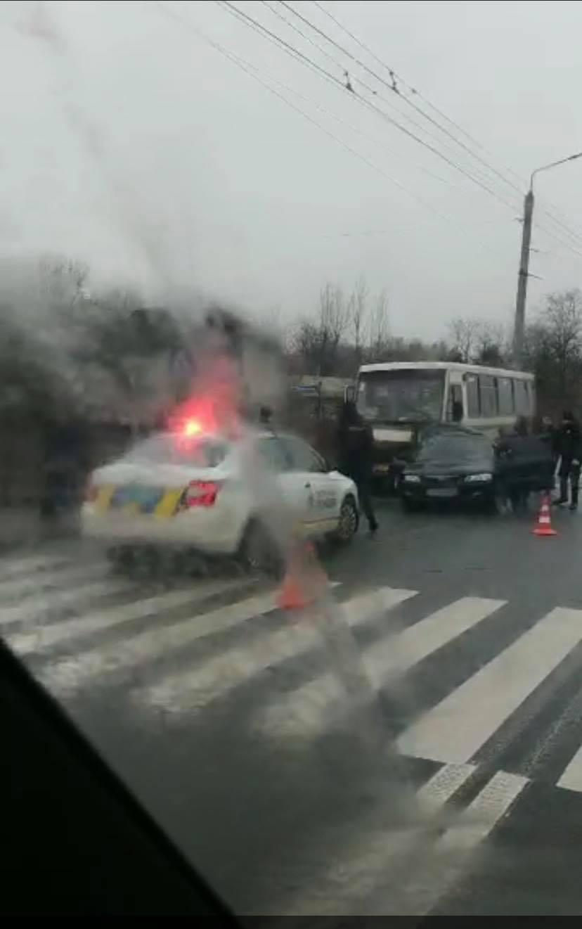 """У Ямниці пасажирський автобус зім'яв """"Мазду"""" (ВІДЕО)"""