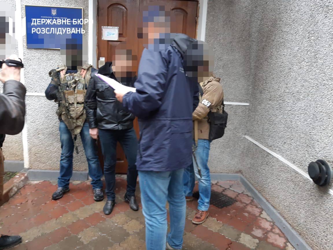 ДБР та СБУ затримали прикарпатського поліціянта: взяв 1400 доларів за повернення машини (ФОТО)