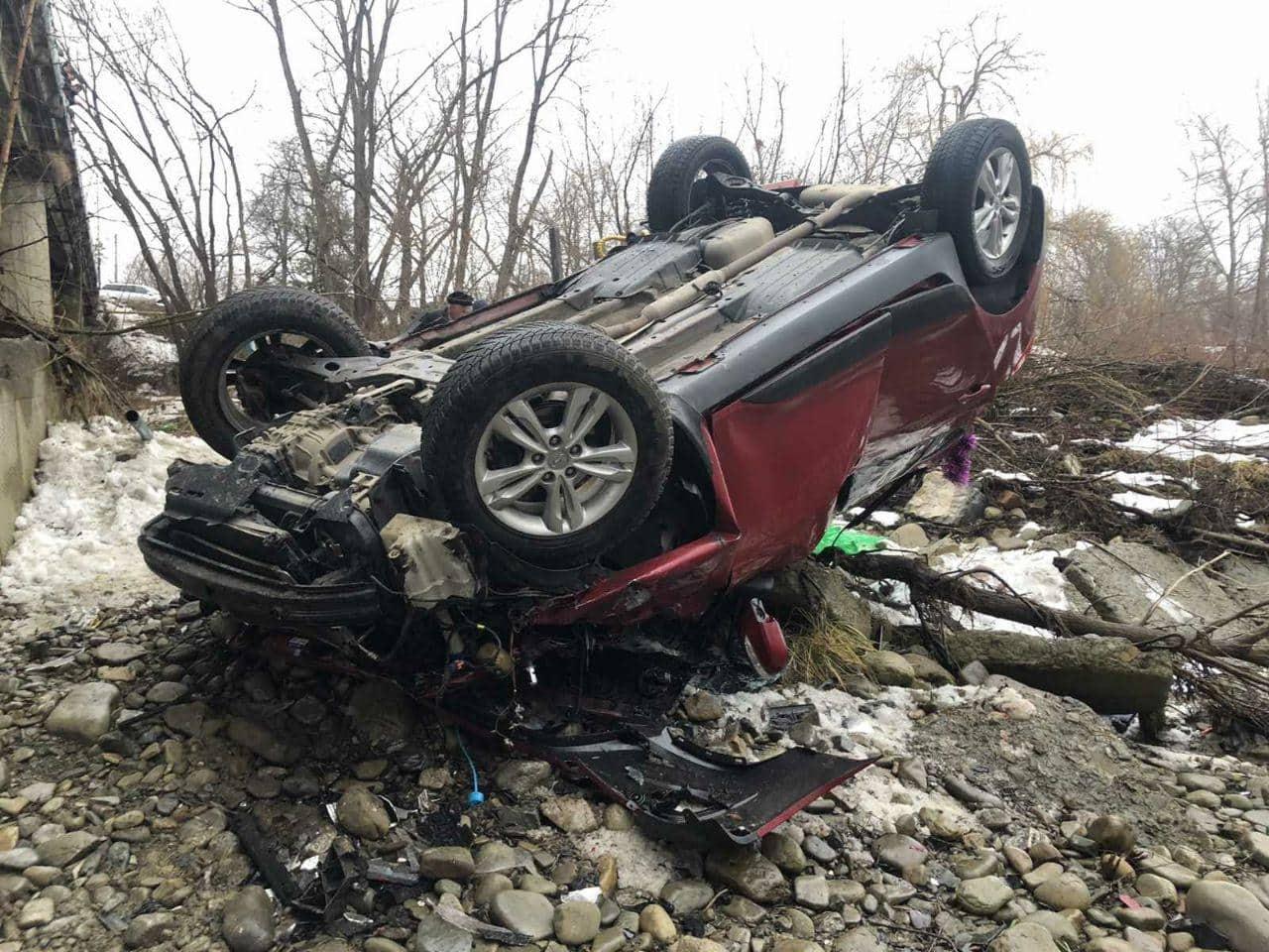 На Прикарпатті автівка злетіла з мосту, постраждало двоє підлітків (ФОТО)
