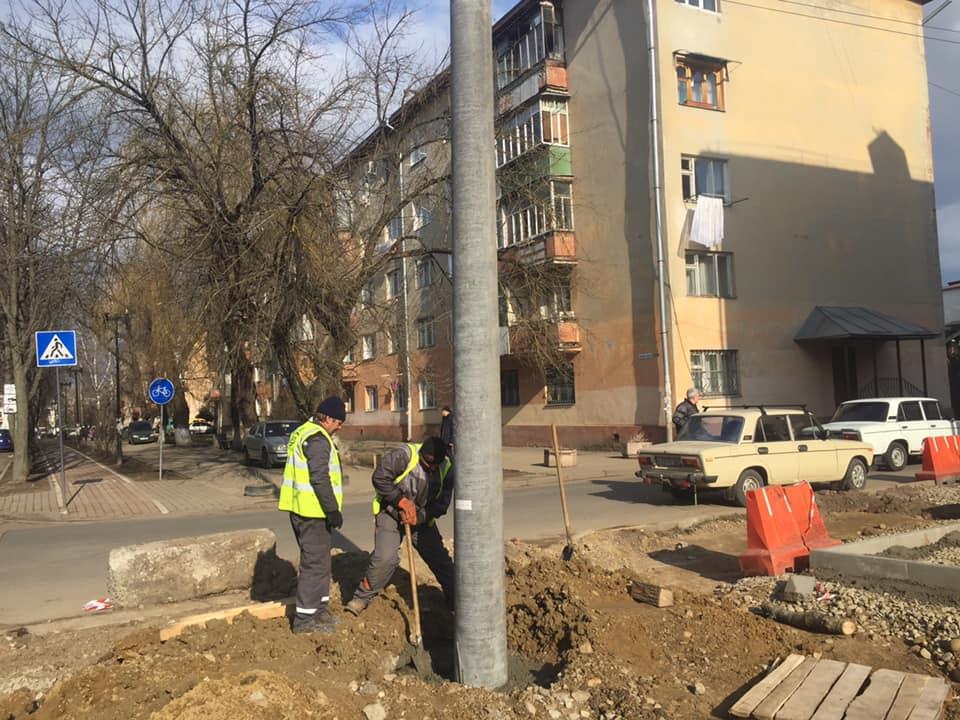 Підрядники монтують електроопори на місці з'єднанняПівнічного та Південного бульварів (ФОТО)