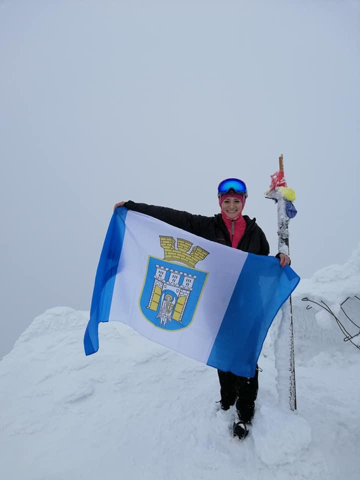 Франківська мандрівниця підняла прапор рідного міста на румунську вершину (ФОТО)
