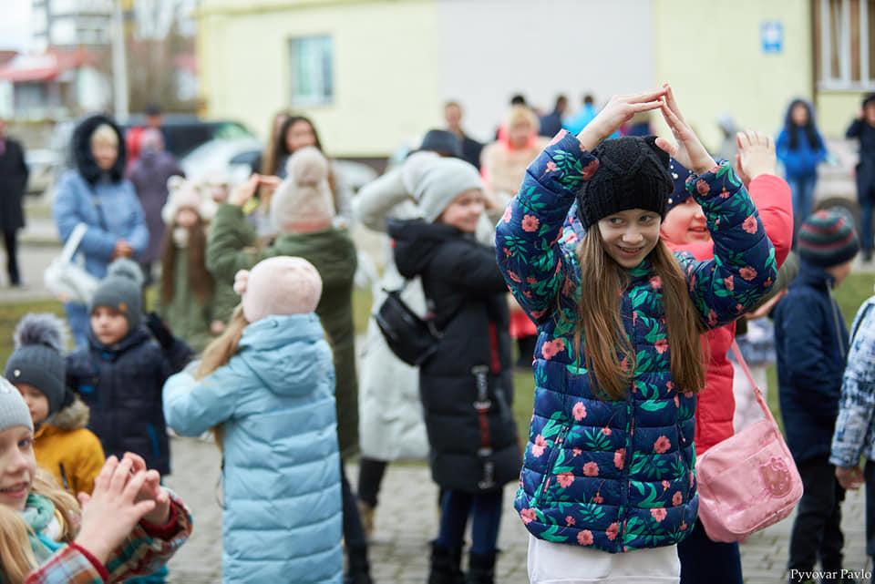 У дворі на вулиці Мазепи відгуляли свято української родини (ФОТО)