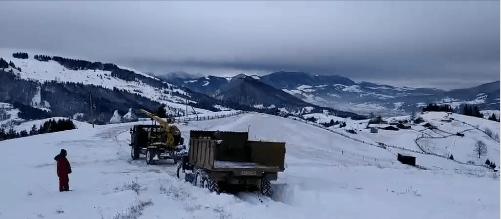 Сніг і вітер: прикарпатські енергетики показали, в яких умовах відновлюють електропостачання (ВІДЕО)