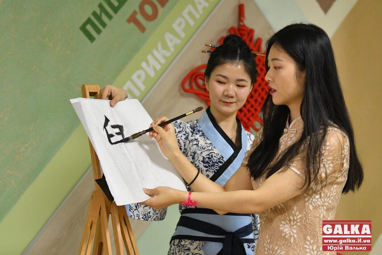 Показ мод, бойові мистецтва та східна каліграфія: як у Франківську відзначили Китайський Новий рік (ФОТОРЕПОРТАЖ)