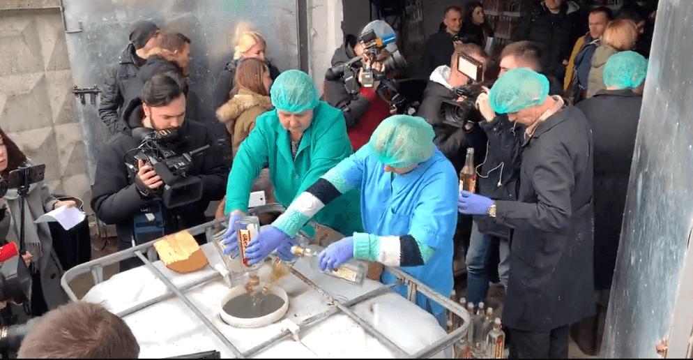 В Україні відбулася найбільша в історії публічна утилізація горілки (ВІДЕО)