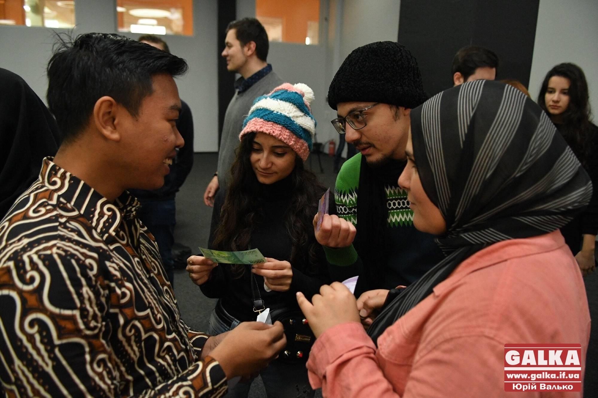 Як у Франківську охочих знайомили з культурами Індонезії, Єгипту, Алжиру й Пакистану (ФОТОРЕПОРТАЖ)