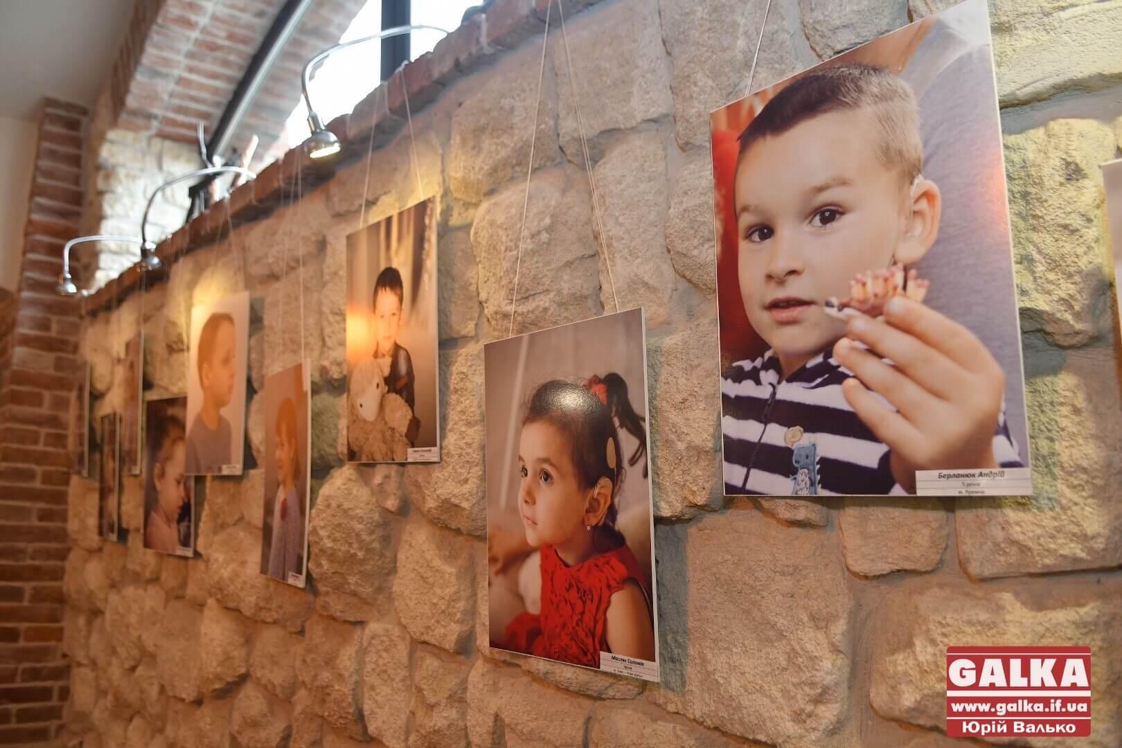 """""""Почуй мене"""": фотовиставку діток з обмеженим слухом відкрили в Івано-Франківську (ФОТО, ВІДЕО)"""