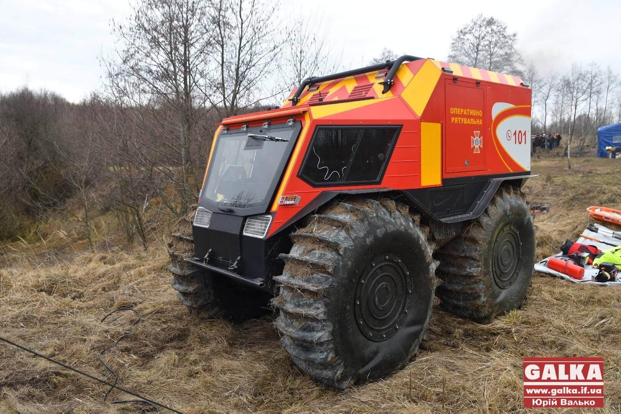 Прикарпатські рятувальники показали, як працюють новітні снігоболотоходи (ФОТО, ВІДЕО)