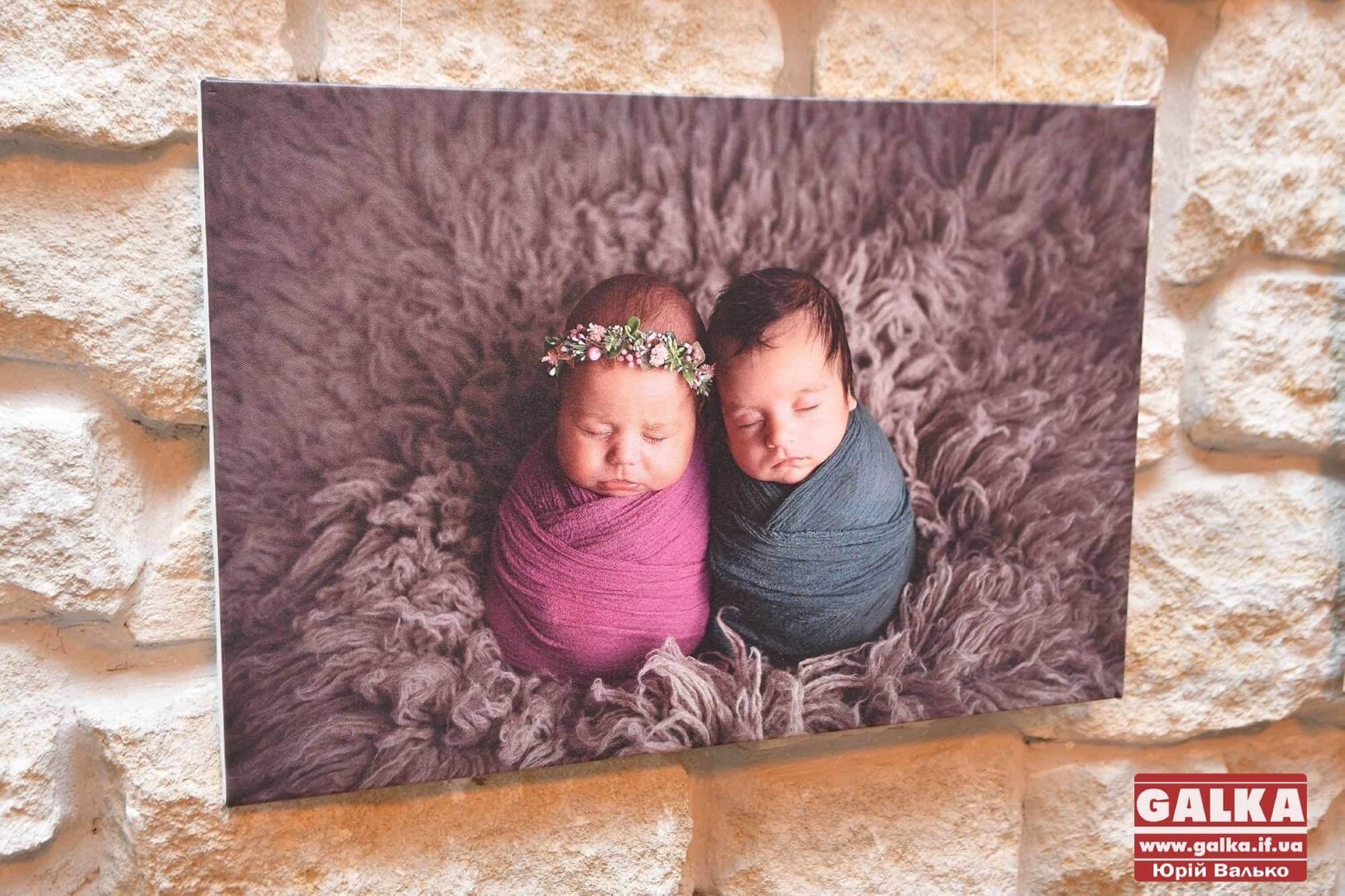Казкові сни новонароджених: франківцям презентували виставку зворушливих світлин немовлят (ФОТО)