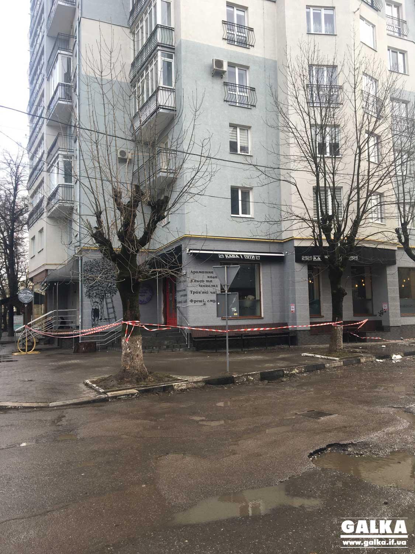На Чорновола осипаний декор фасаду багатоповерхівки травмував перехожу (ФОТО, ОНОВЛЕНО)