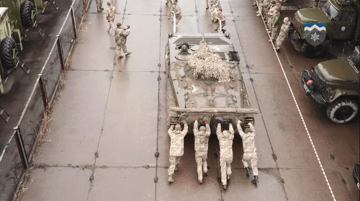 """Як бійці прикарпатської """"десятки"""" 13-тонну машину тягнули (ВІДЕО)"""