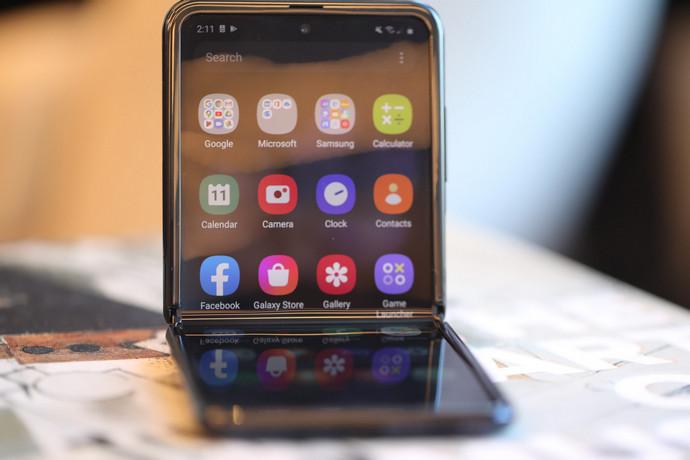 """Samsung представила нову """"розкладачку"""" Galaxy Z Flip (ФОТО, ВІДЕО)"""