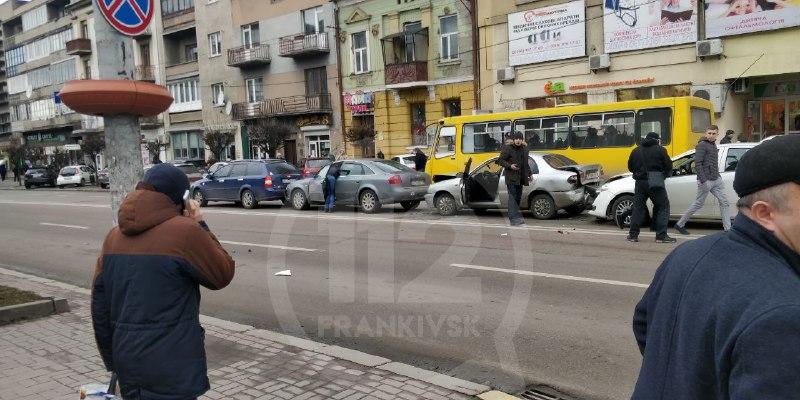 У центрі Франківська зіткнулися чотири автомобілі (ФОТО, ОНОВЛЕНО)