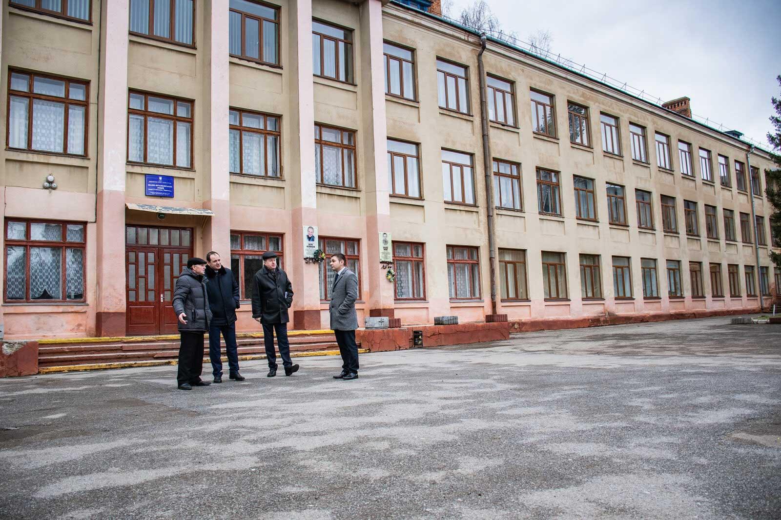 """У Франківську утеплили ліцей. Не витратили """"жодної бюджетної копійки"""" (ФОТО)"""