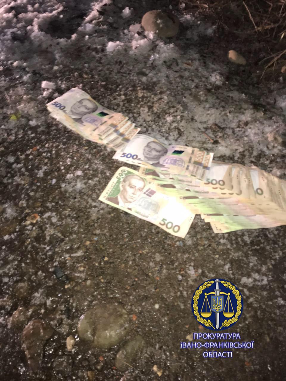 Правоохоронці затримали злочинців, які побили калушанина та вимагали в нього дві тисячі доларів (ФОТО)