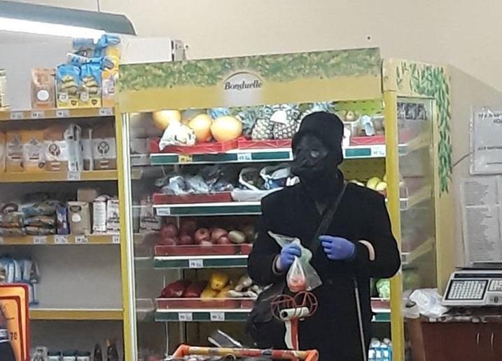 На Тернопільщині покупець прийшов до супермаркету в масці чумного лікаря (ВІДЕО)