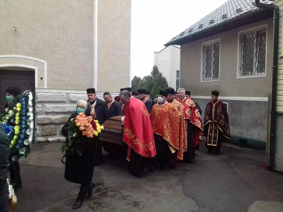 У Калуші на похорон священника, який загинув у ДТП люди прийшли в масках (ФОТО)