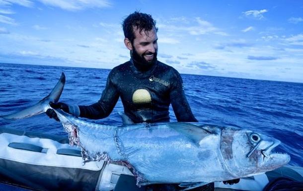 Американський рибалка побився з трьома акулами за свій улов (ВІДЕО)