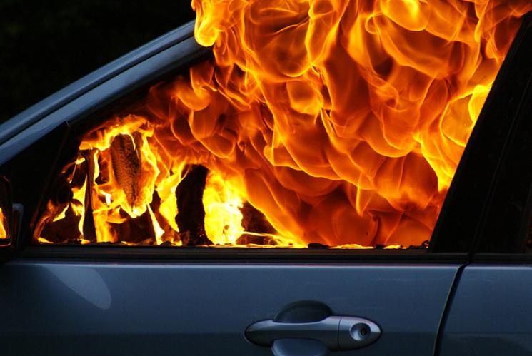 В Івано-Франківську невідомі спалили авто судді