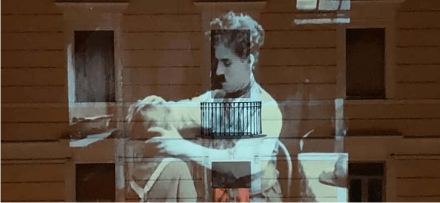 Італійці на карантині транслюють фільми на стіни будівель (ВІДЕО)