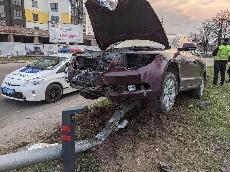ДТП у Франківську: автомобіль влетів у кільце та зніс стовп (ФОТО, ОНОВЛЕНО)