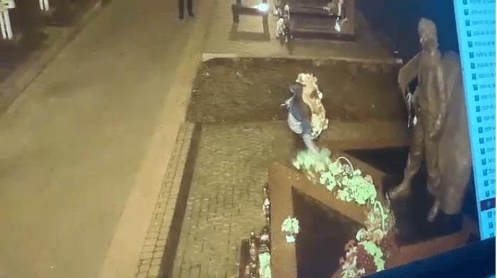 У Меморіальному сквері невідомі крадуть квіти з могил загиблих Героїв (ВІДЕО)