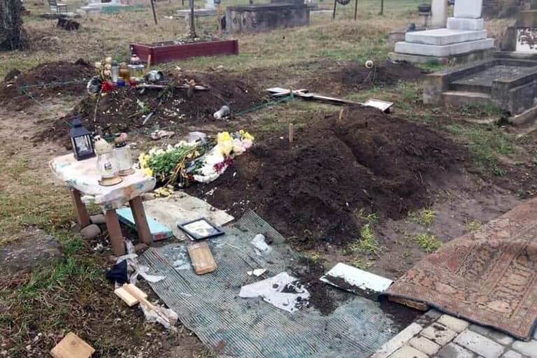Поліція спіймала вандалів, які влаштували погром на кладовищах у Франківську (ФОТО)