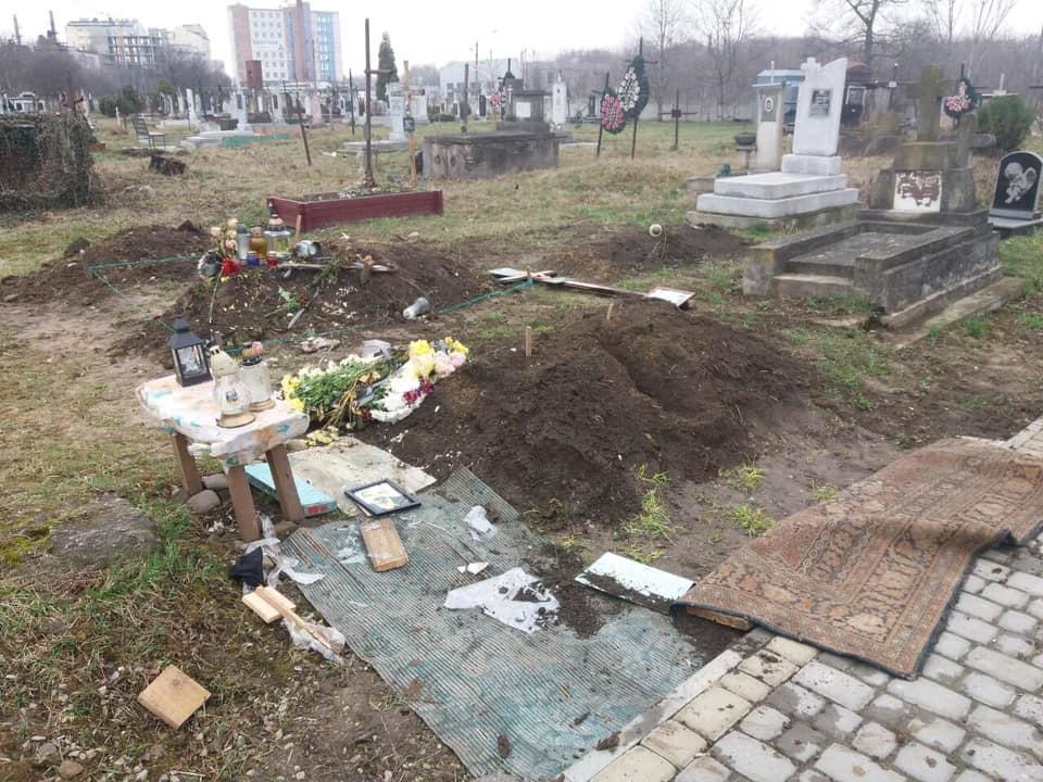 На кладовищі у Вовчинцях чоловік трощив могили (ФОТО)