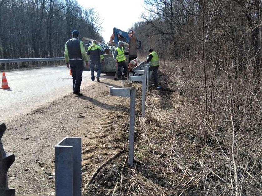 На Прикарпатті дорогу держзначення роблять безпечнішою – встановлюють огородження (ФОТО)