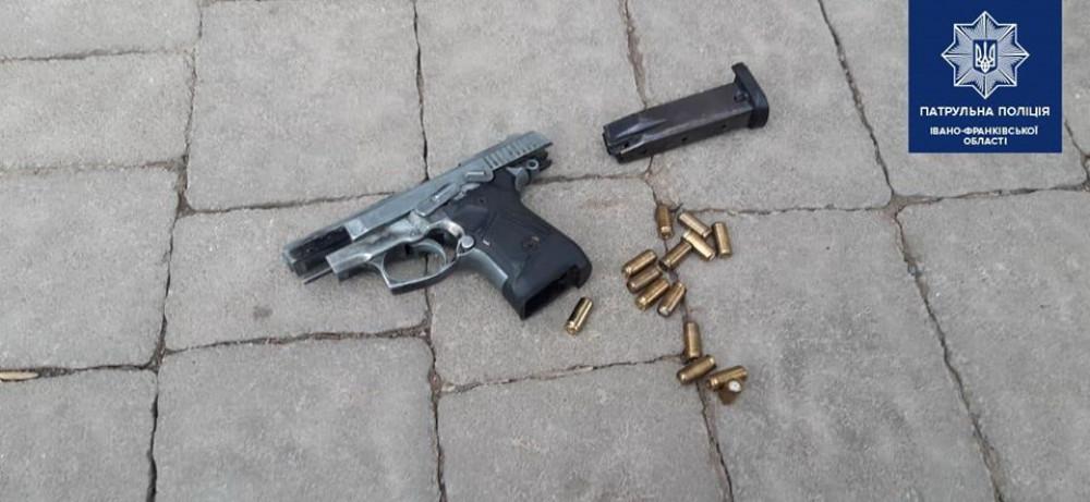 У Франківську патрульні зупинили п'яного водія, який мав при собі наркотики та пістолет