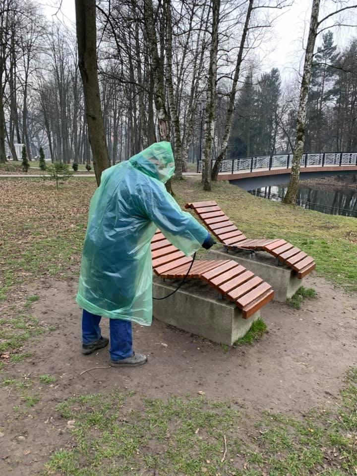 Івано-Франківськ продовжують дезінфікувати – показали, як миють головний парк міста (ФОТО)