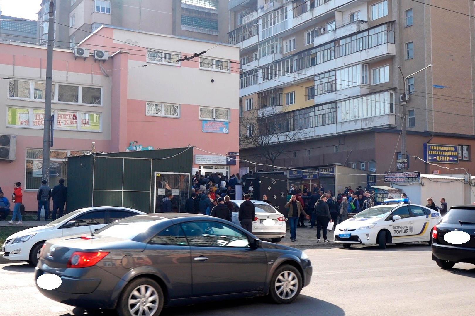 Документи важливіші за карантин: у Франківську сотні людей стоять у черзі до візового центру (ФОТОФАКТ, ОНОВЛЕНО)