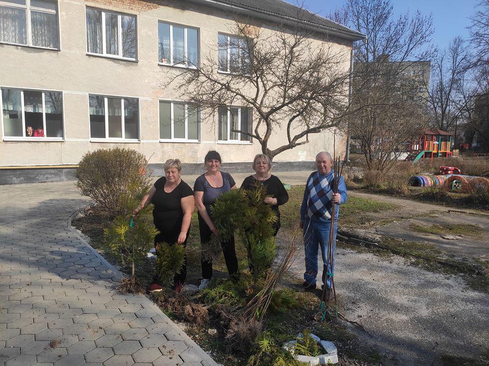Екоакція енергетиків: 400 саджанців висадили на шкільних подвір'ях Франківська (ФОТО)