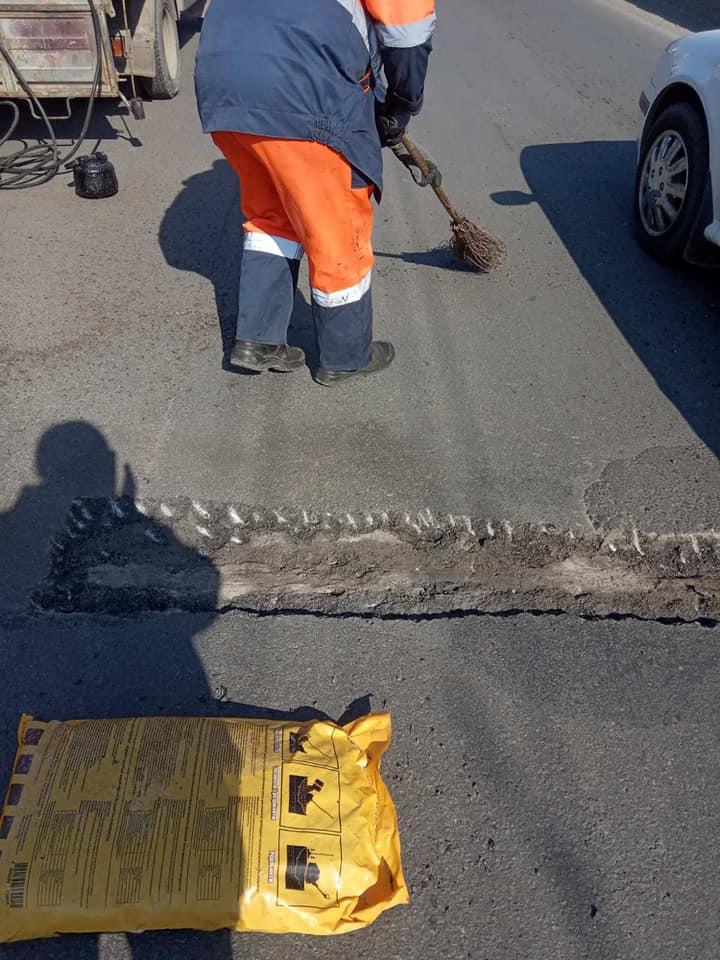 На мості в Пасічну взялися латати ями (ФОТО)