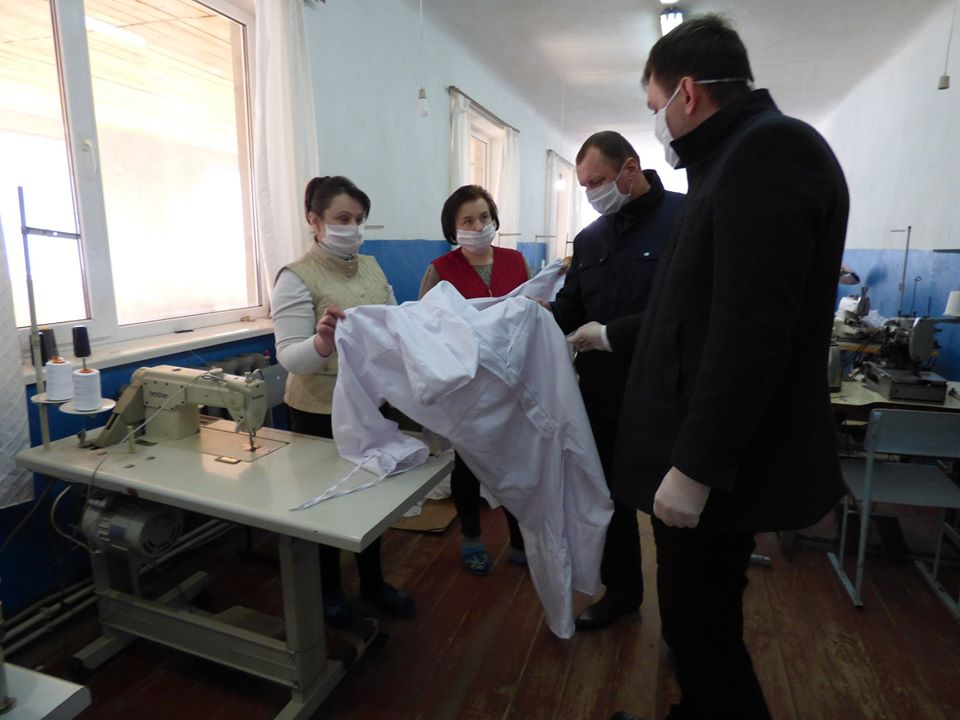 Швейні фабрики та працівники ліцею на Тлумаччині шиють для медиків маски і захисні костюми (ФОТО)