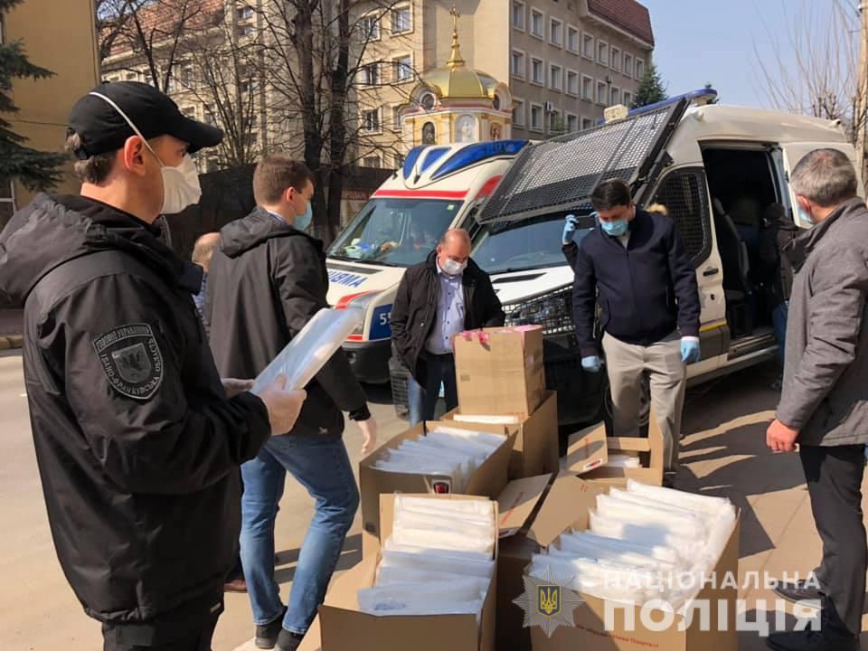 Прикарпатські медики та поліціянти отримали спецзахист від волонтерів (ФОТО)