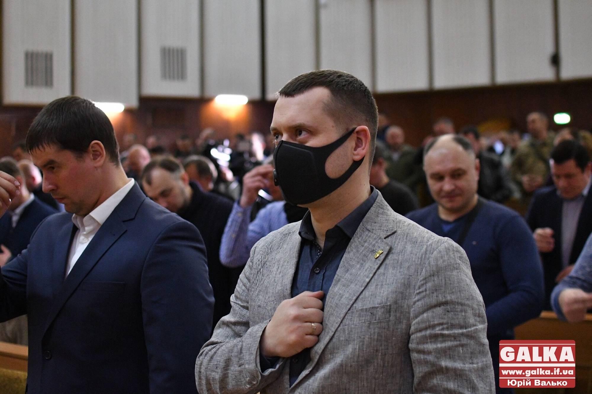 Рукостискання, обійми, вітання ліктями: як здоровкалися депутати міськради (ФОТО)