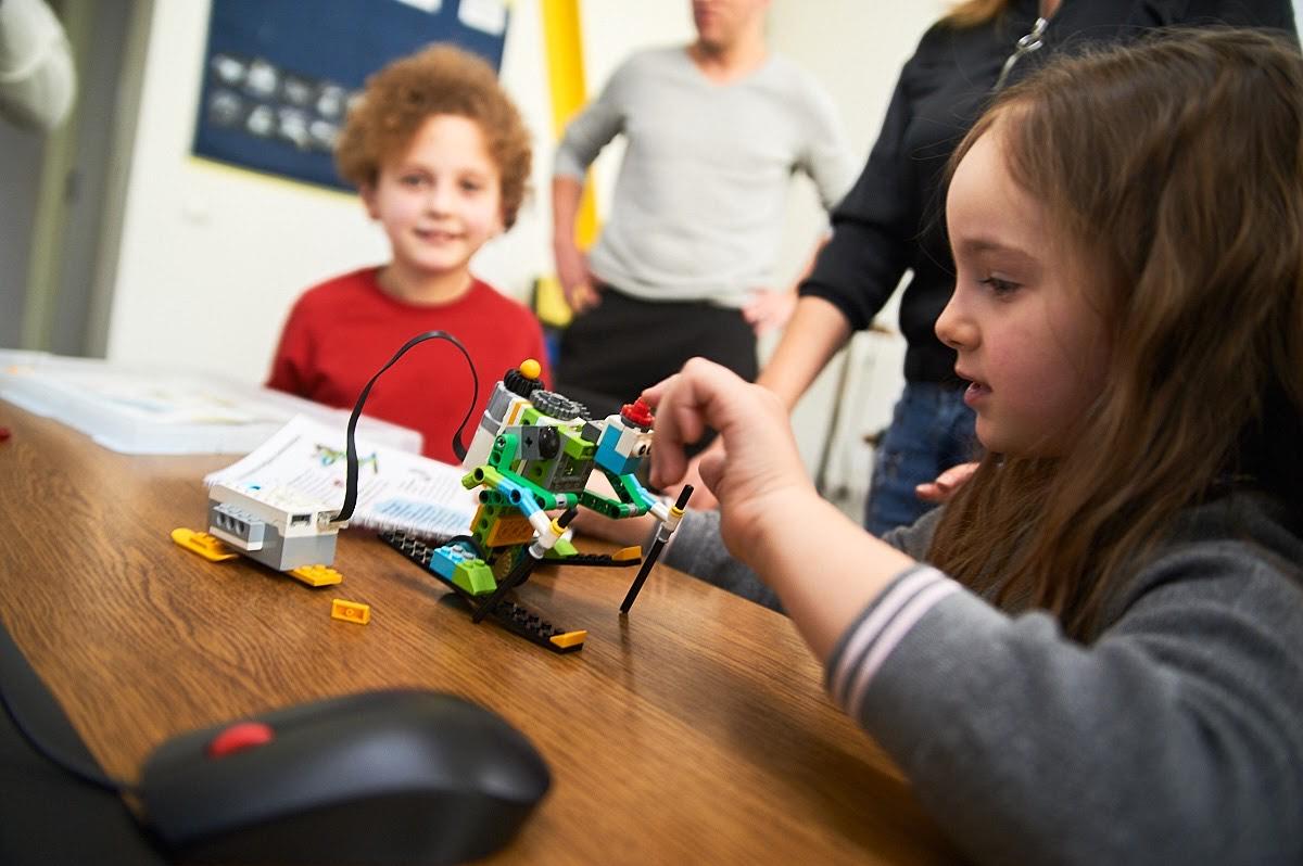 Діток з вадами слуху почали навчати робототехніки і програмування (ФОТО)