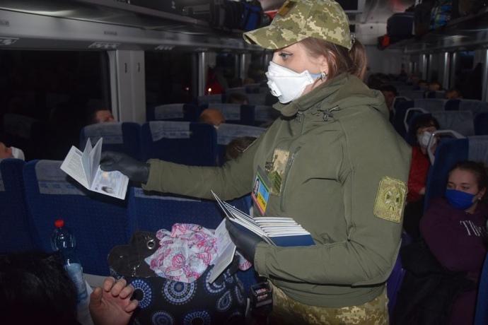 Два автобуси відправили у Львів по евакуйованих з Польщі прикарпатців