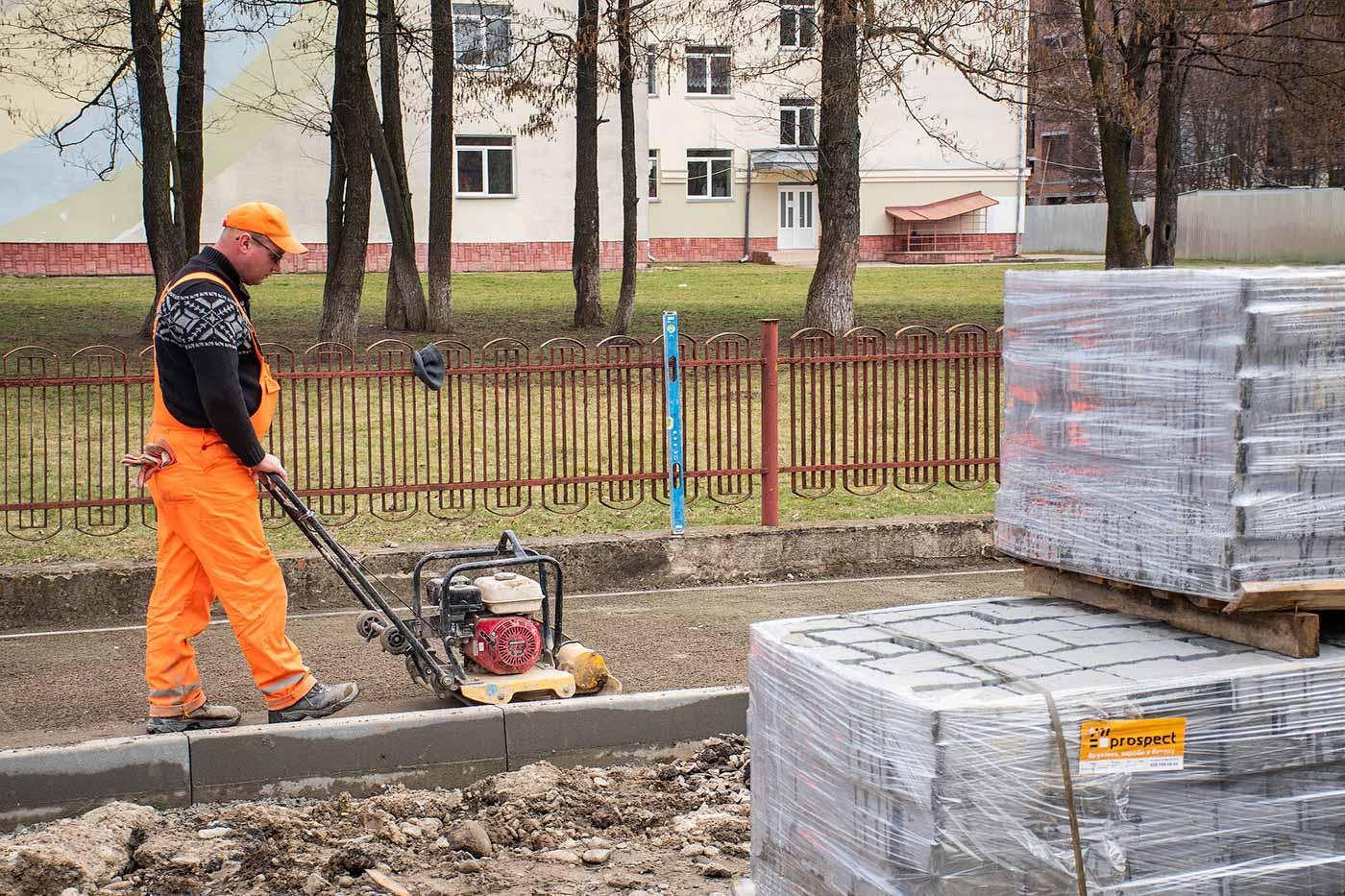 На Січинського облаштовують тротуари та паркомісця біля школи (ФОТО)