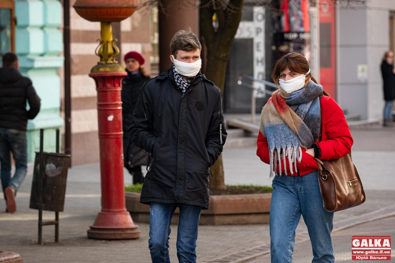Люди в масках й оголошення на вітринах: як Івано-Франківськ зустрів карантин (ФОТОРЕПОРТАЖ)