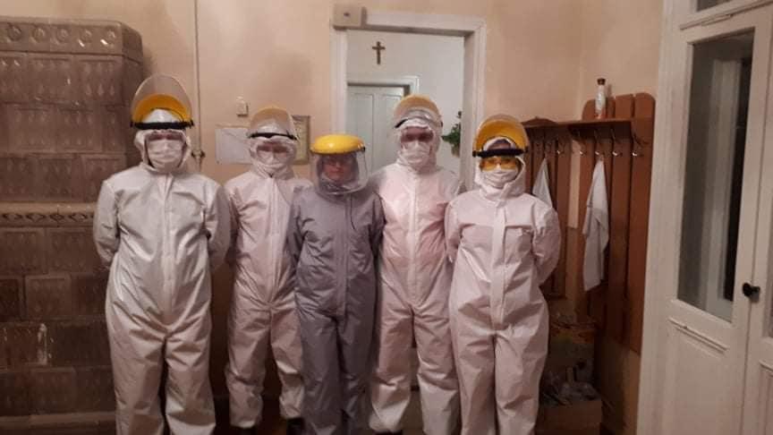 Коломийські медики похизувалися спецкостюмами, які для них створили волонтери (ФОТО)