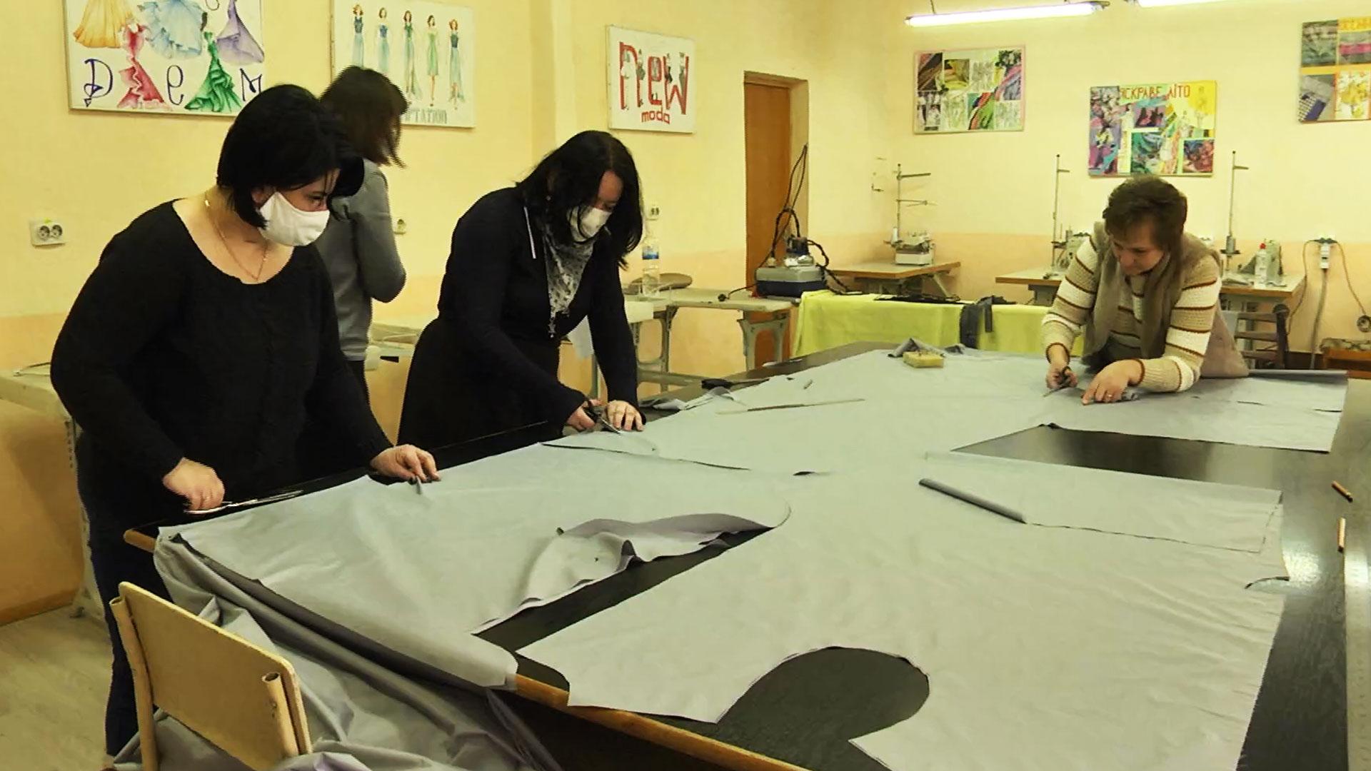 У Коломиї небайдужі шиють захисні костюми для медиків (ВІДЕО)