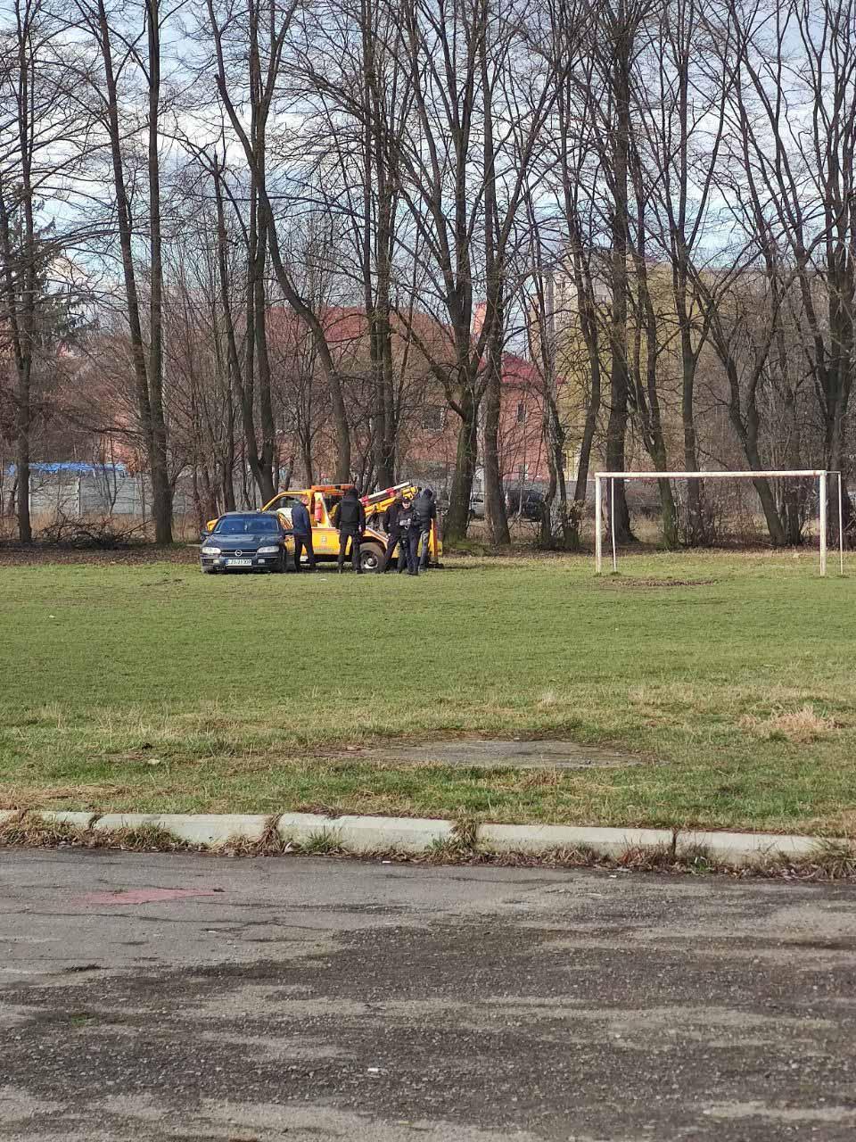 У Франківську п'яний водій запаркувався на футбольному полі. Машину евакуювали (ФОТОФАКТ)