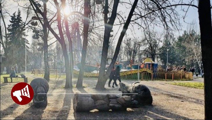У Запоріжжі померла дитина, на яку в парку впала 200-кг скульптура (ФОТО)