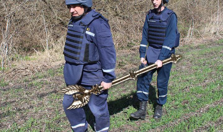 Прикарпатські піротехніки шукали вибухівку, а знайшли скіпетр Данила Галицького (ФОТО)