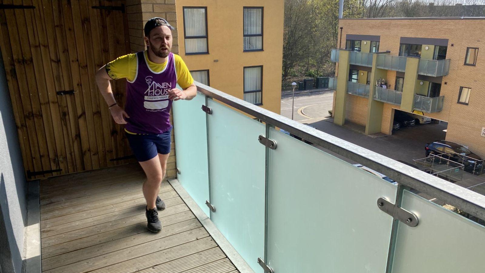 Британець пробіг напівмарафон на своєму балконі заради благодійності