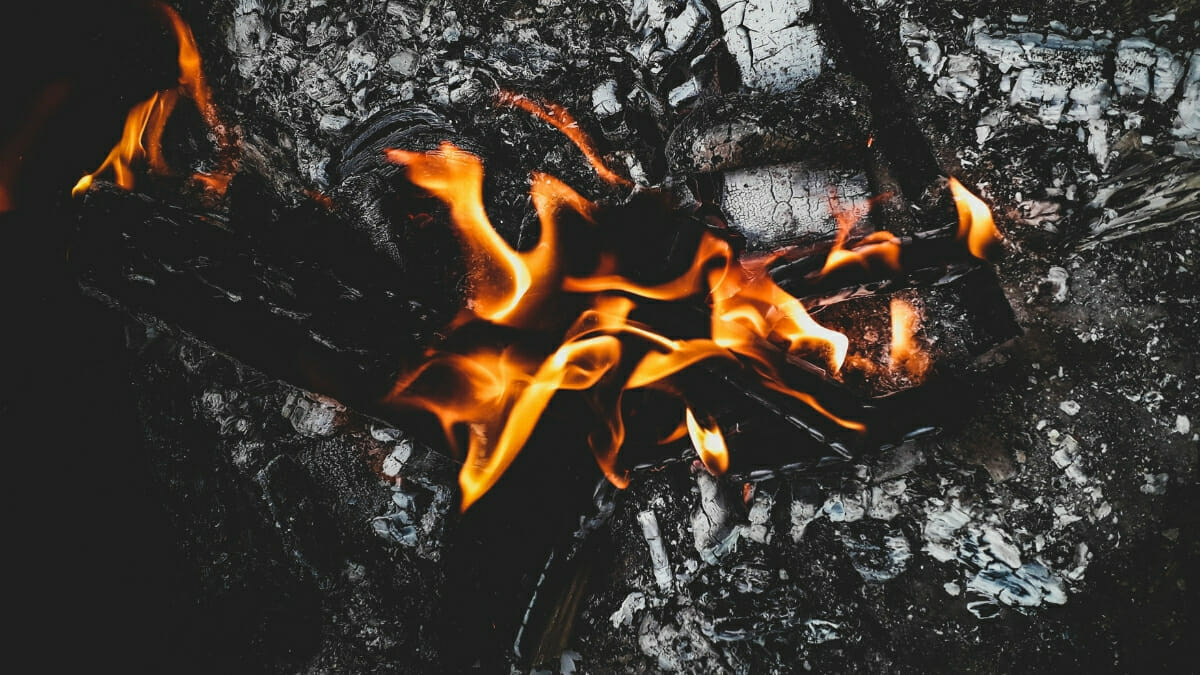 Переохолодження і струс мозку: на Прикарпатті під час пожежі виявили літню жінку, яка потребувала допомоги