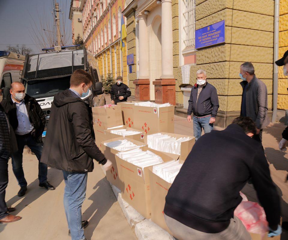 """Медики та поліціянти отримали """"захисну"""" допомогу від волонтерів (ВІДЕО)"""